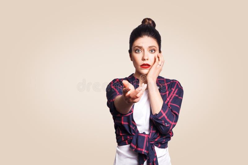 Okaleczająca dziewczyna z babeczki włosianą kępką okalecza i przestraszącym spojrzeniem, utrzymuje usta otwarty, macanie twarz zdjęcia stock