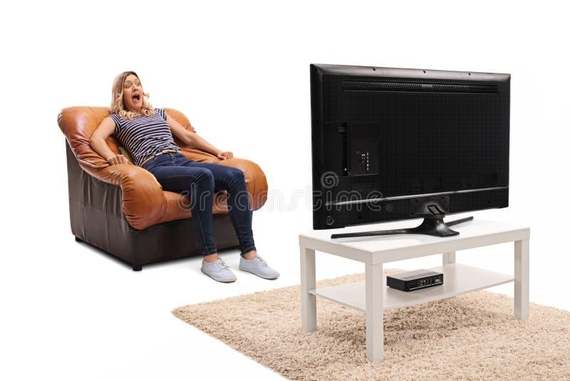Okaleczająca kobieta ogląda horror na TV obrazy royalty free