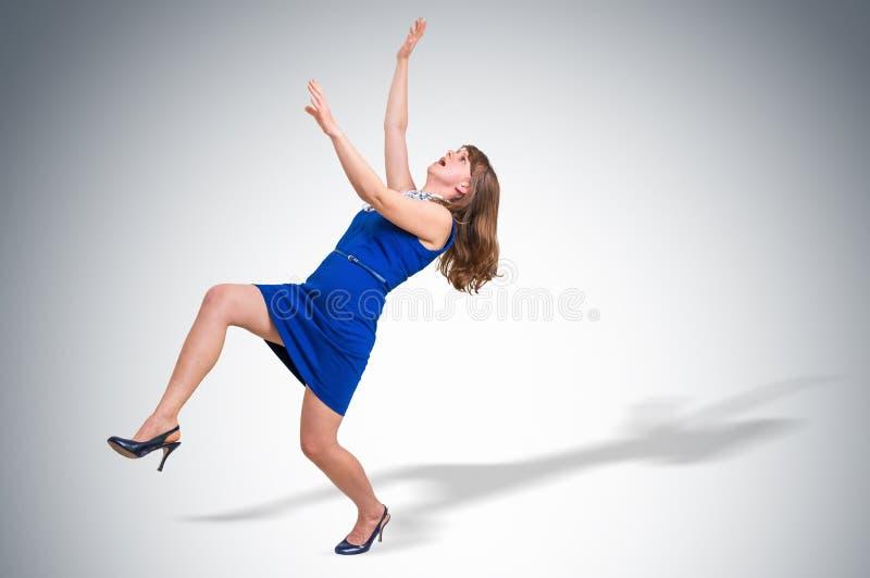 Okaleczająca kobieta spada - kariery ciśnieniowy pojęcie zdjęcie stock
