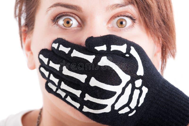 Okaleczająca kobieta z usta zakrywającym ręką obraz royalty free