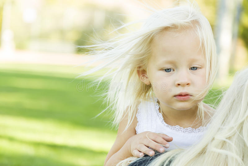 Okaleczająca Mała berbeć dziewczyna Outdoors obrazy stock