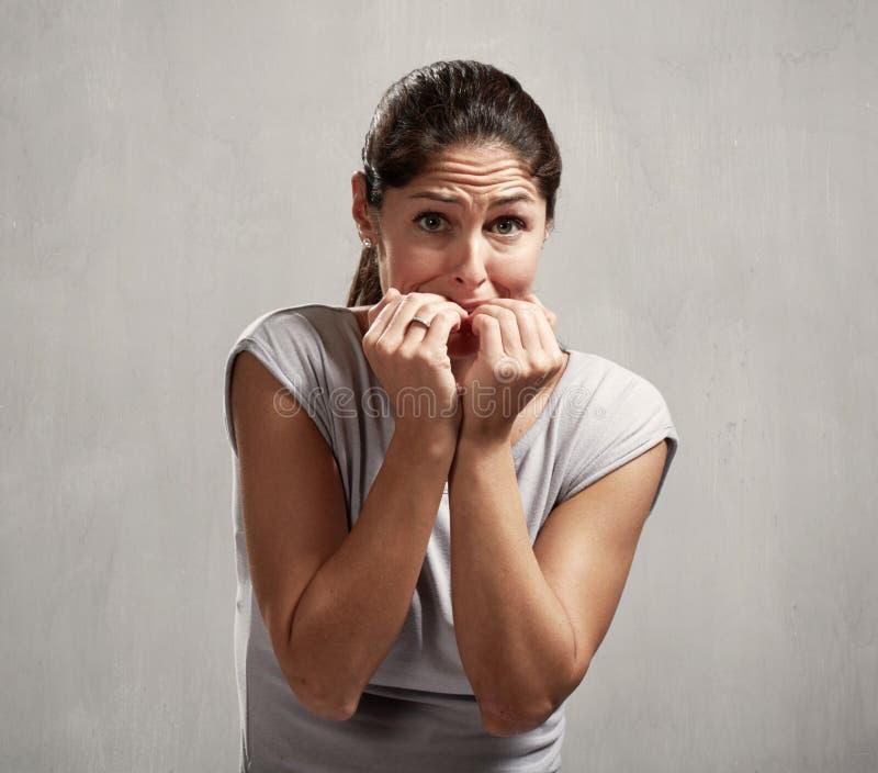 Okaleczająca przestraszona kobieta zdjęcie royalty free
