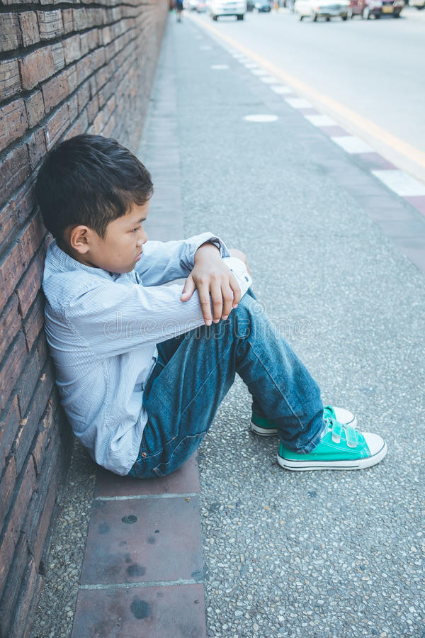 Okaleczająca, samotna i młoda ostrość, Azjatycka dziecka, kupczącej, nadużywającej i selekcyjnej który jest przy wysokiego ryzyka zdjęcie stock