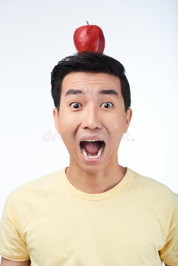 Okaleczający Azjatycki mężczyzna z Czerwonym Apple zdjęcie stock