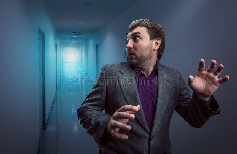 Okaleczający biznesmen w korytarzu zdjęcie royalty free