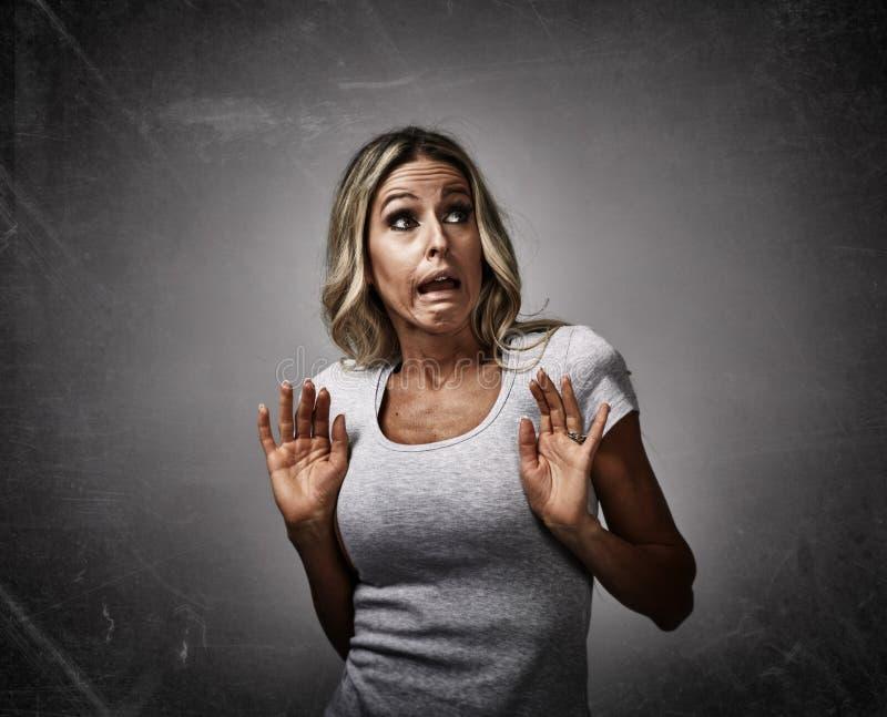 Okaleczający przestraszony młoda kobieta strach obrazy stock