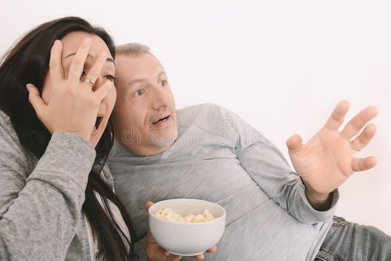 Okaleczający w średnim wieku dopatrywania straszny film na TV zdjęcia stock