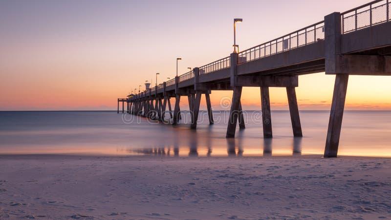 Okaloosa-Fischen-Pier bei Sonnenuntergang Florida stockfotos