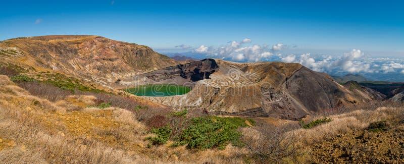 Okama krater w jesień sezonie przy Zao terenem górskim obraz stock