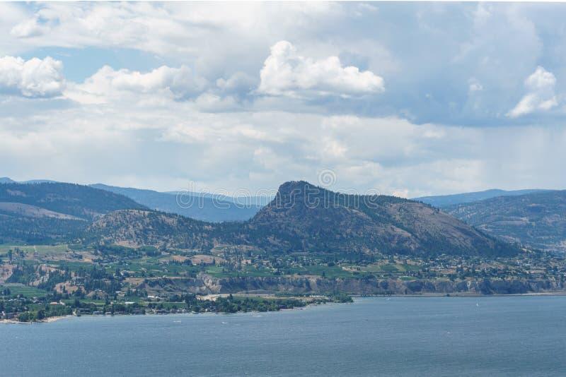 Okanagan See am Sommertag mit Wolken auf dem Himmel lizenzfreie stockfotografie