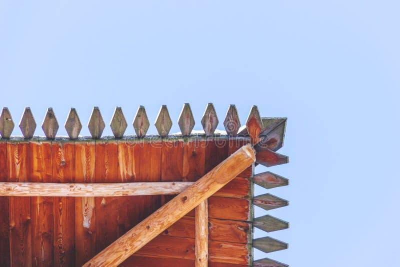 Okapy dom na niebieskiego nieba tle zdjęcia royalty free
