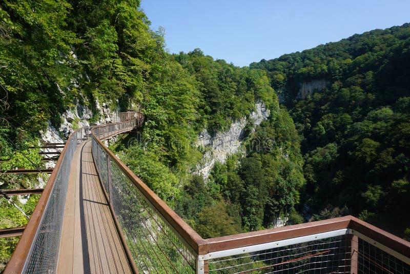 Okatse峡谷峭壁道路视图 库存照片