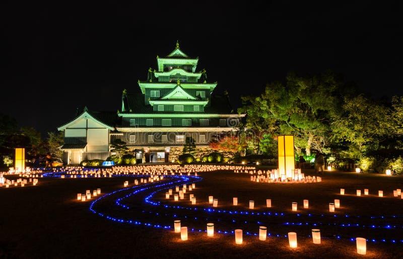 Okayama slott med lyktaljus-upp i Okayama, Japan royaltyfria foton