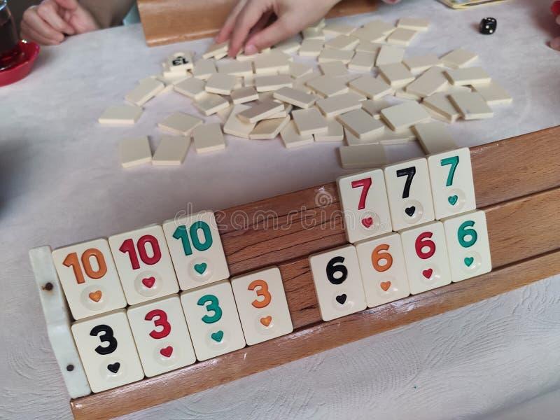 Okey turco tradicional del juego, microprocesadores pl?sticos con n?meros en un soporte de madera fotografía de archivo libre de regalías