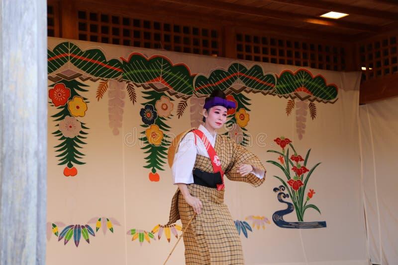 OKINAWA - 8 DE OCTUBRE: Danza de Ryukyu en el castillo de Shuri en Okinawa, Japón el 8 de octubre de 2016 imágenes de archivo libres de regalías