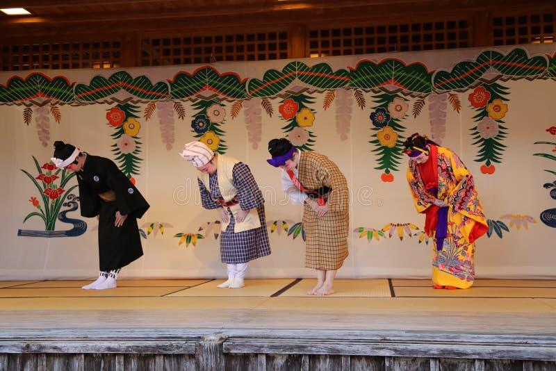 OKINAWA - 8 DE OCTUBRE: Danza de Ryukyu en el castillo de Shuri en Okinawa, Japón el 8 de octubre de 2016 fotografía de archivo libre de regalías