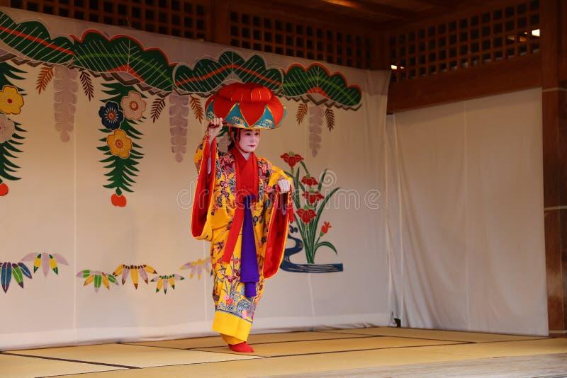 OKINAWA - 8 DE OCTUBRE: Danza de Ryukyu en el castillo de Shuri en Okinawa, Japón el 8 de octubre de 2016 fotos de archivo