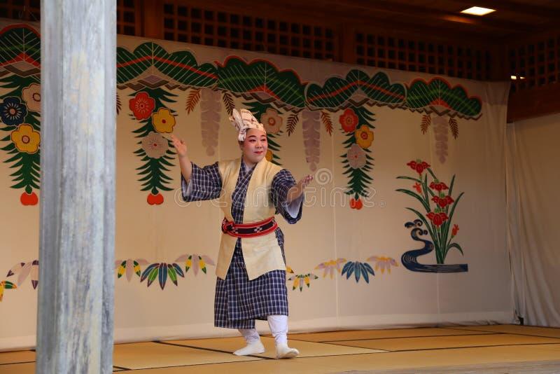 OKINAWA - 8 DE OCTUBRE: Danza de Ryukyu en el castillo de Shuri en Okinawa, Japón el 8 de octubre de 2016 imagen de archivo libre de regalías