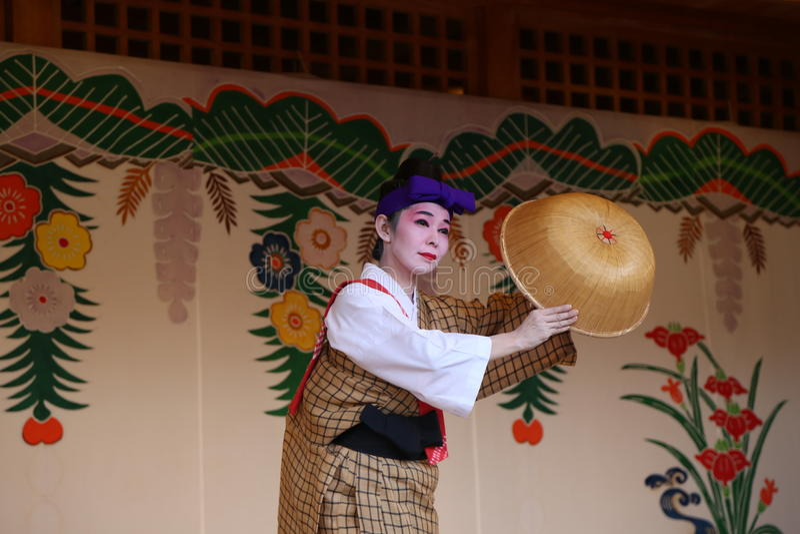 OKINAWA - 8 DE OCTUBRE: Danza de Ryukyu en el castillo de Shuri en Okinawa, Japón el 8 de octubre de 2016 imagenes de archivo