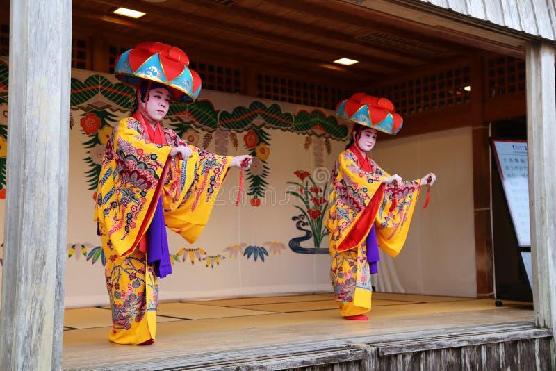 OKINAWA - 8 DE OCTUBRE: Danza de Ryukyu en el castillo de Shuri en Okinawa, Japón el 8 de octubre de 2016 foto de archivo libre de regalías