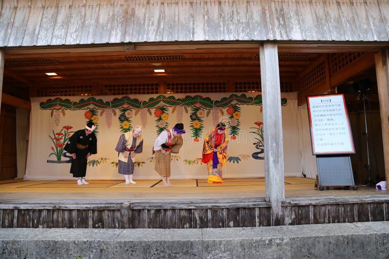 OKINAWA - 8 DE OCTUBRE: Danza de Ryukyu en el castillo de Shuri en Okinawa, Japón el 8 de octubre de 2016 fotos de archivo libres de regalías