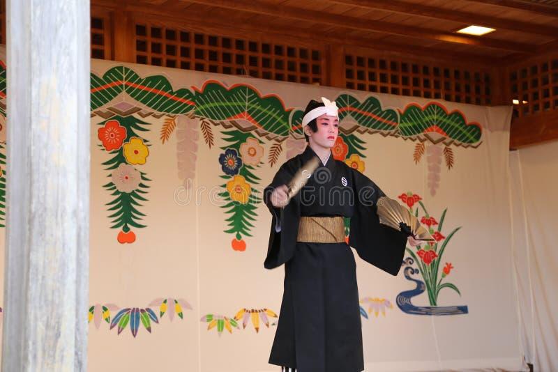 OKINAWA - 8 DE OCTUBRE: Danza de Ryukyu en el castillo de Shuri en Okinawa, Japón el 8 de octubre de 2016 fotografía de archivo