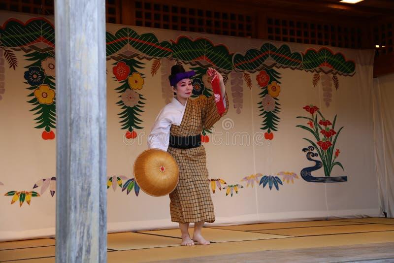 OKINAWA - 8 DE OCTUBRE: Danza de Ryukyu en el castillo de Shuri en Okinawa, Japón el 8 de octubre de 2016 foto de archivo