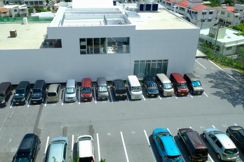 Okinawa, Japão - Augus 18, 2018: Estacionamento indeterminado do carro na OU imagem de stock