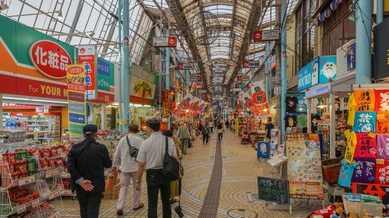 OKINAWA, JAPÓN - 19 de abril de 2017: Calle de Heiwadori en el st de Kokusai fotos de archivo libres de regalías
