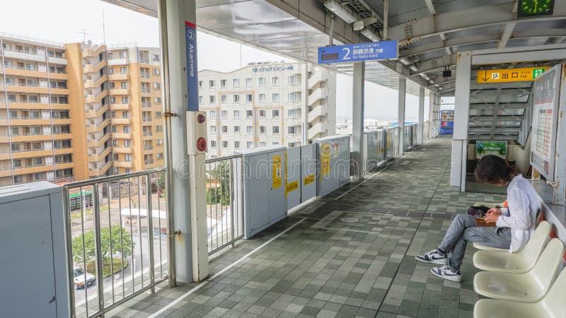 OKINAWA, JAPÓN - 19 de abril de 2017: Estación de tren del monorrail de Yui adentro foto de archivo libre de regalías