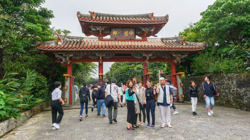 OKINAWA, JAPAN - April 22, 2017: De Poort van het Shurikasteel in de Stad van Naha stock afbeelding