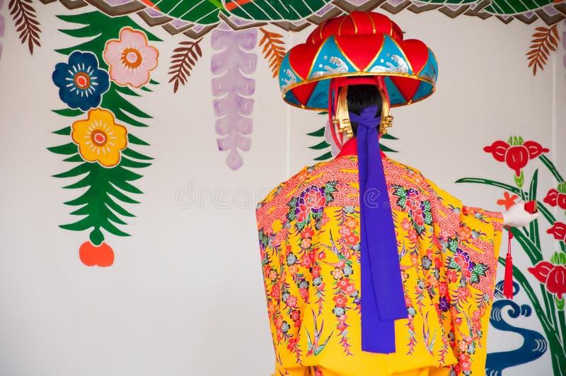 Okinawa Japan - mars 10, 2013: Oidentifierad kvinnlig dansare per royaltyfri foto