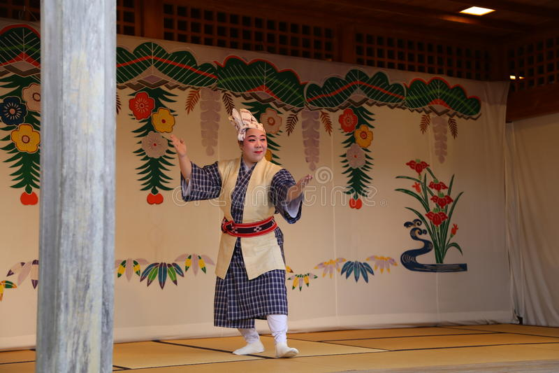 OKINAWA - 8 OKTOBER: Ryukyu dans i den Shuri slotten i Okinawa, Japan på 8 Oktober 2016 royaltyfri bild