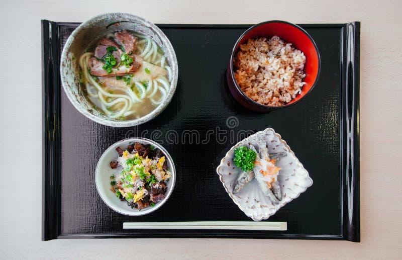 Okinawa Udon met gebraden vissen, gebraden rijst van hoogste mening wordt geplaatst die stock fotografie