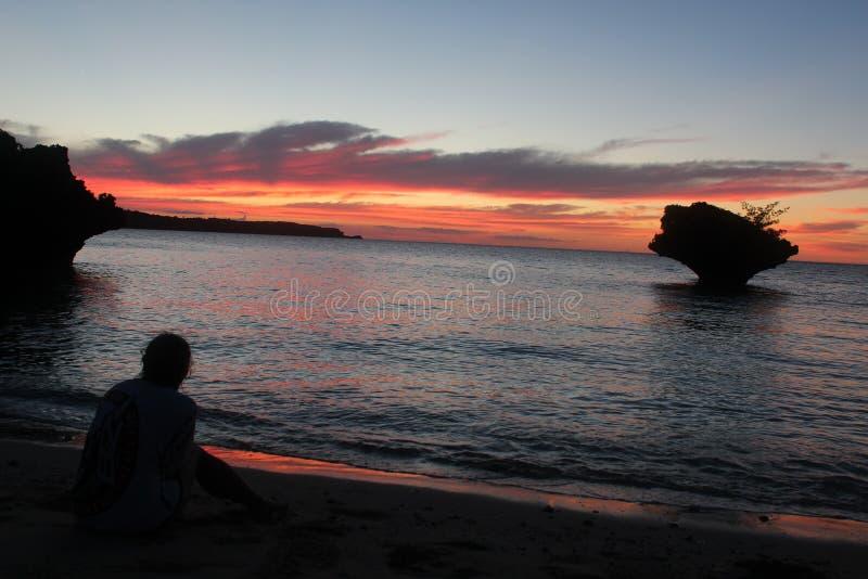 Okinawan Ozeansonnenuntergang nach einem Hurrikan lizenzfreie stockfotos