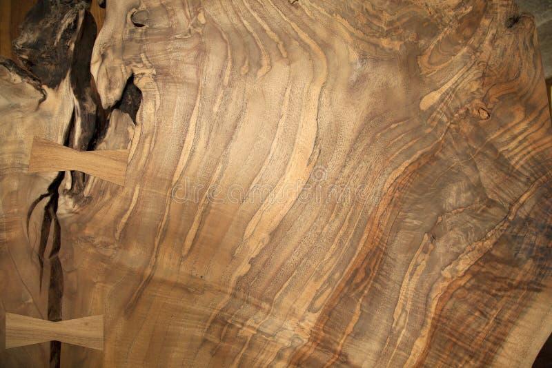 Okkernoot houten korrel met zwaluwstaart stock afbeelding