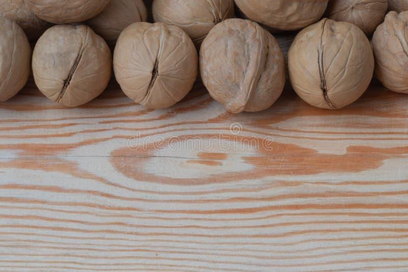 Okkernoot op houten achtergrond stock fotografie
