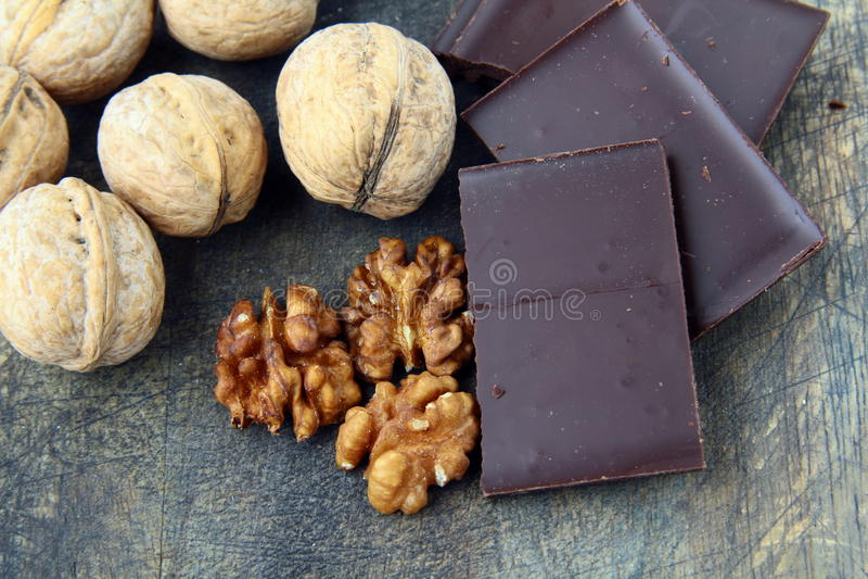 Okkernoten en donkere chocolade stock afbeelding