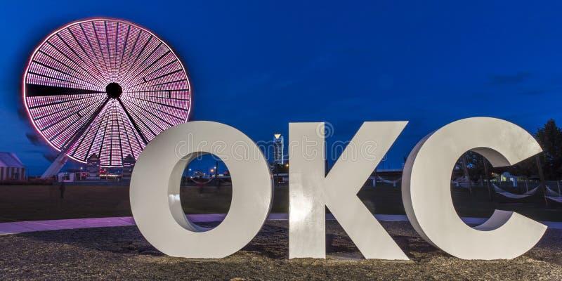 Oklahoma City linia horyzontu, Oklahoma City, Oklahoma przy półmrokiem obraz royalty free