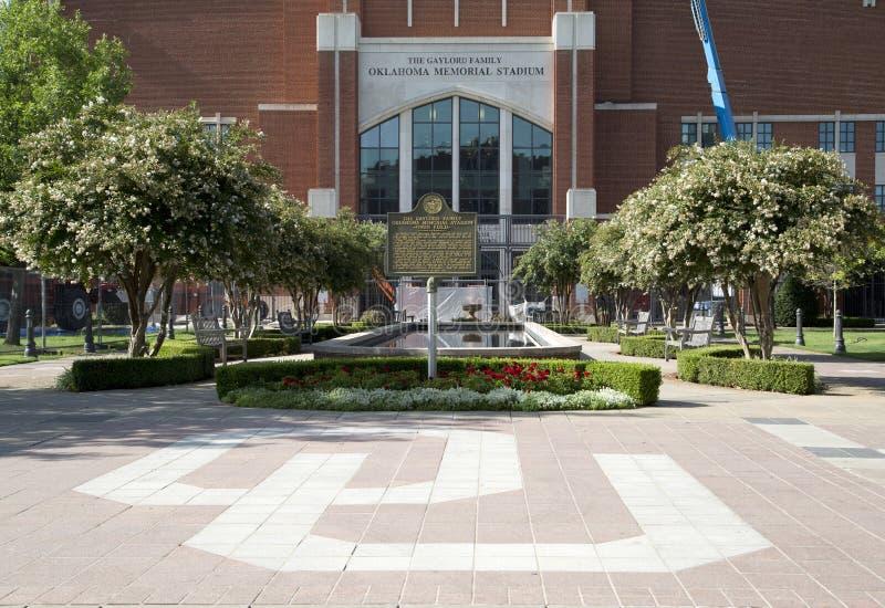 Oklahoma Memorial Stadiumyttersida USA royaltyfri bild