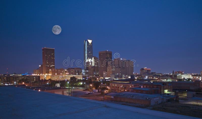 Oklahoma miasta linia horyzontu przy nocą zdjęcia royalty free