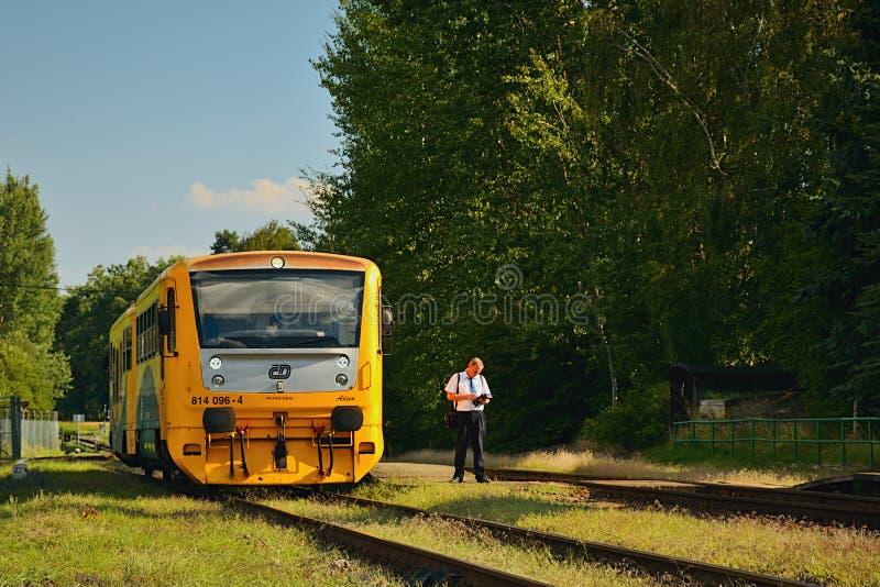 Okna, Ceska Lipa区,捷克共和国- 2018年7月14日:小旅客列车在tr附近命名了Regionova Ceske Drahy公司立场 免版税库存图片
