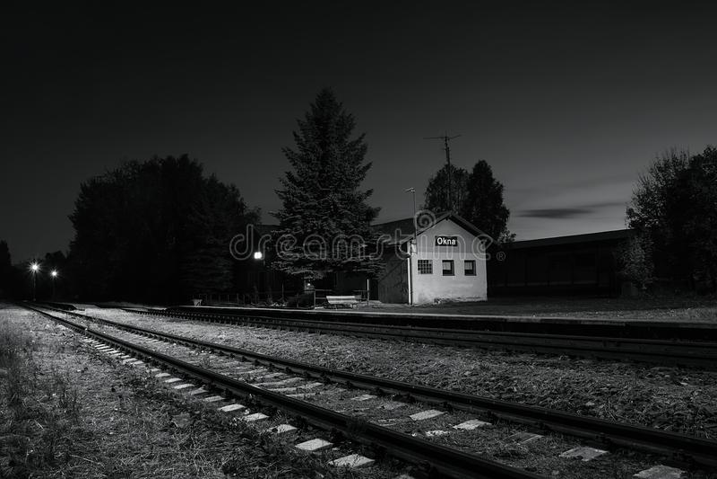 Okna, Ceska Lipa区,捷克共和国- 2017年10月13日:小火车站在秋季晚上 免版税图库摄影