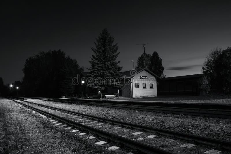 Okna Ceska Lipa område, Tjeckien - Oktober 13, 2017: liten drevstation i höstlig afton royaltyfri fotografi