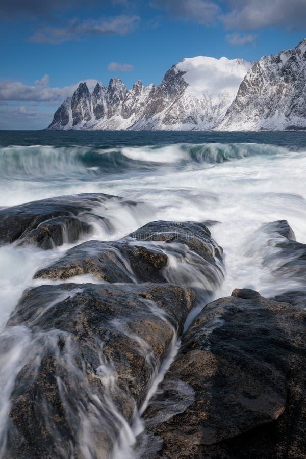 Okneset e Ersfjord da Tungeneset un giorno tempestoso con le onde e lo spruzzo di rottura Giorno soleggiato in montagne ed in fio fotografia stock
