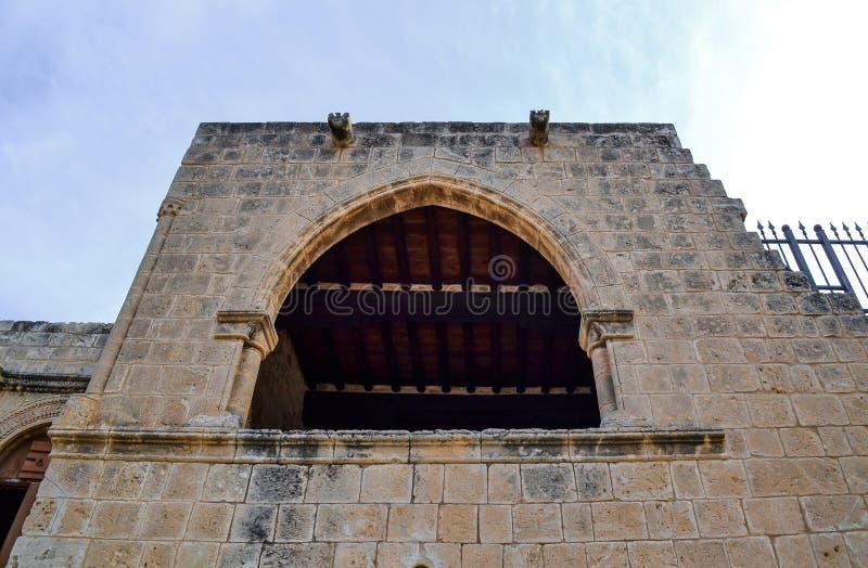 Okno, łuk wysoki w ścianie antyczny kasztel/ Dolny widok obraz stock