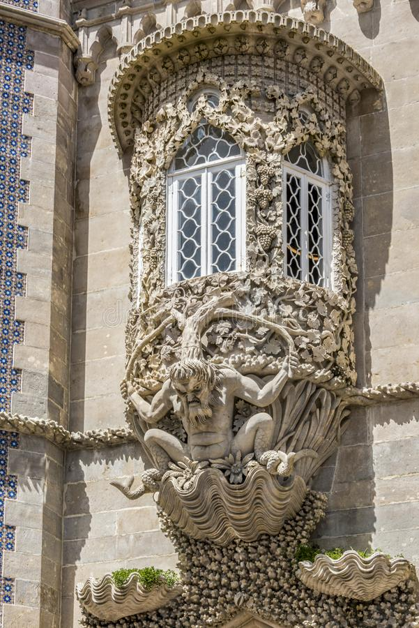 Okno dekorował z groteskowym gargulecem na fasadzie Palacio da Pena obrazy royalty free
