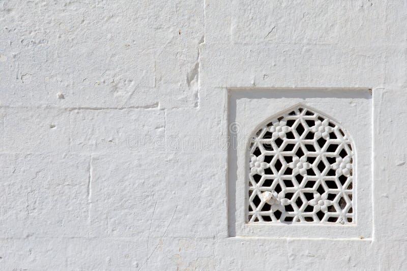 Okno i biel ściana, świątynia w Rajasthan, India zdjęcie royalty free
