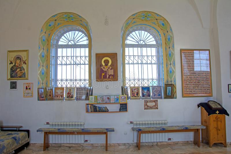 Okno kościół Wnętrze mały małomiasteczkowy kościół wewnętrzna dekoracja Ikony, modlitwy Rosja obraz royalty free