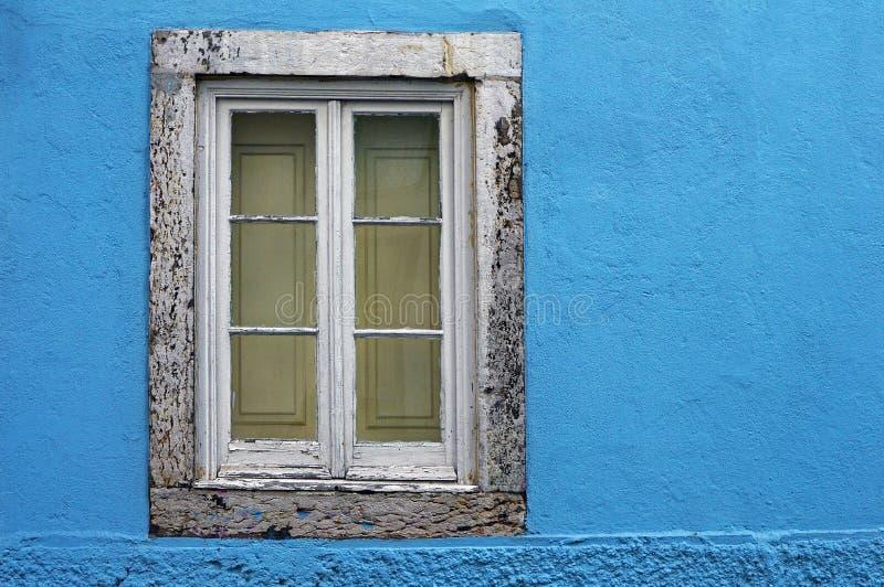 """Okno na błękitnej ścianie budynek na â """"– 74 De Santo rua obrazy stock"""